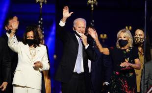 Le président élu Joe Biden et Jill Biden avec la vice-présidente élue Kamala Harris sont rejoints par des membres de leurs familles après que M. Biden a fait son discours de victoire à Wilmington, au Delaware, le 7 novembre 2020.