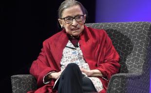 Ruth Bader Ginsburg, juge à la Cour suprême des É.-U., fait un discours au Amherst College, à Amherst, au Mass., le 3 octobre 2019. (Photo AP/Jessica Hill)