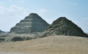 Vue de la nécropole de Saqqarah, comprenant la pyramide à degrés de Djéser (au centre), la pyramide d'Unas (à gauche) et la pyramide d'Ouserkaf (à droite). (Photo via Wikipedia.)